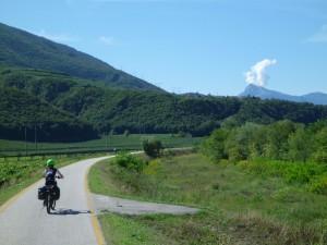 Radweg auf dem Damm der Etsch