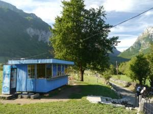 Vusanje - Lebensmittelladen mit verschlossenem Kühlschrank