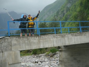 Theth - Tourende an der blauen Brücke
