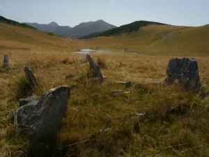 Grabsteine hoch in den Bergen vor dem Rugovapass