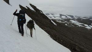 Das letzte Schneefeld im Abstieg