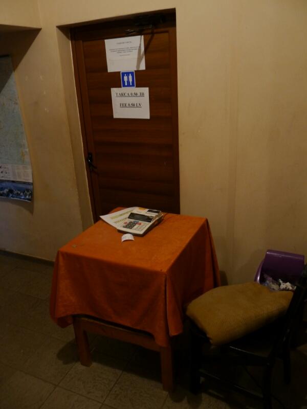 Rechenmaschiene vor der Toilette auf der Berghütte Rilski Ezera - was wird da wohl kalkuliert?