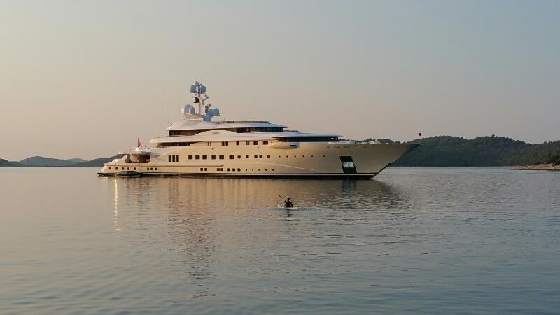 Lu mit Kajak vor der Luxusyacht Pelorus