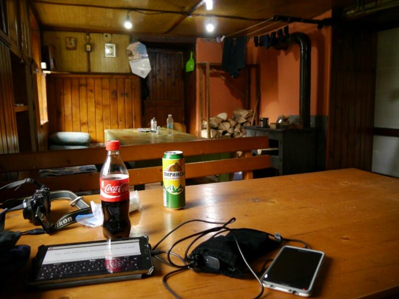 """Gaststube und Tisch mit """"Klebeoberfläche"""""""